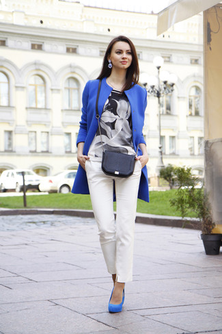 How to wear: blue coat, black and white floral short sleeve blouse, white skinny pants, blue suede pumps