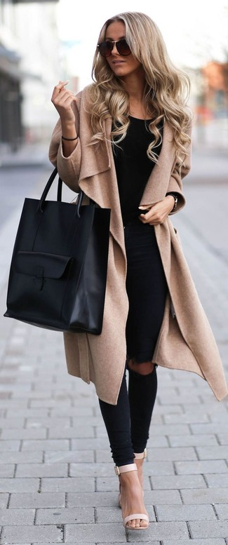 A tan coat and black distressed slim jeans is a savvy combination to add to your styling repertoire. Finish off your look with beige leather heeled sandals.
