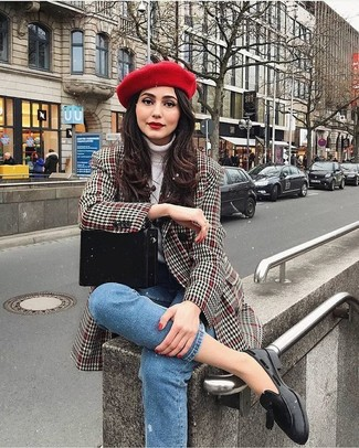 A nicely put together combo of a grey houndstooth coat and a beret will set you apart effortlessly. This getup is complemented perfectly with black leather tassel loafers. This look is super comfortable and will help you out in weird transition weather.