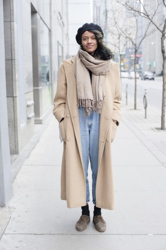 A beige coat and a beret are a combination that every stylish girl should have in her wardrobe. Brown suede derby shoes will deliver more playfulness to your ensemble. So when spring is in full effect, you'll find this combination to be your everything.