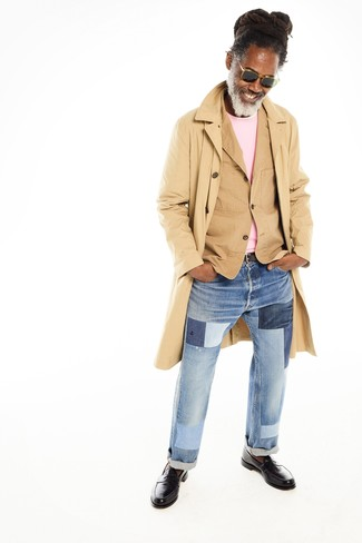How to wear: light blue patchwork jeans, pink crew-neck sweater, tan cotton blazer, tan trenchcoat