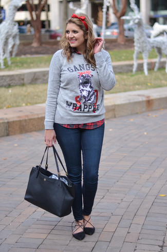 The versatility of a grey print crew-neck sweater and a headband makes them investment-worthy pieces. Black suede pumps will instantly smarten up even the laziest of looks. Be sure this look is perfect for fluctuating fall weather.