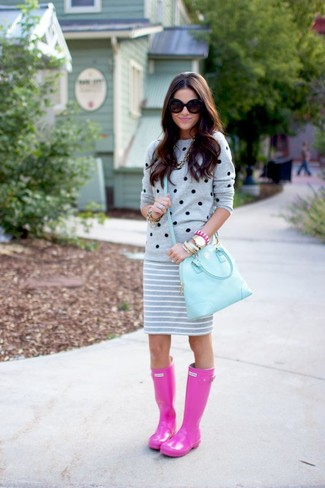 The versatility of a crew-neck jumper and a grey horizontal striped mini skirt makes them investment-worthy pieces. Make your outfit more fun by rounding off with neon pink rain boots. So if you're looking for a look that's cute but also feels entirely spring_friendly, look no further.