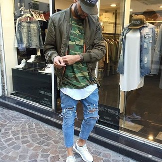 How to wear: light blue ripped skinny jeans, white crew-neck t-shirt, dark green camouflage crew-neck sweater, olive bomber jacket