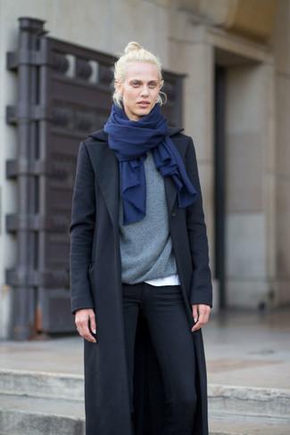 How to wear: black skinny jeans, white crew-neck t-shirt, grey crew-neck sweater, black coat