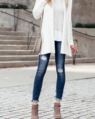How to wear: navy ripped skinny jeans, white crew-neck t-shirt, white cropped sweater, white knit open cardigan