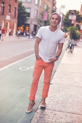 How to wear: white crew-neck t-shirt, orange jeans, tan suede low top sneakers, grey beanie