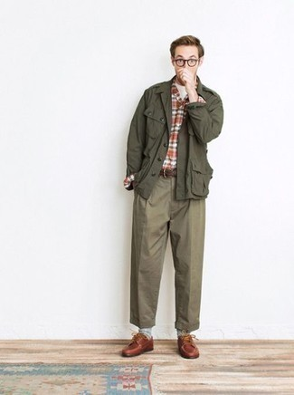 Men's Looks & Outfits: What To Wear In 2020: Dress in an olive military jacket and olive chinos to put together a laid-back and cool outfit. And if you wish to easily kick up your ensemble with shoes, why not throw tobacco leather derby shoes in the mix?