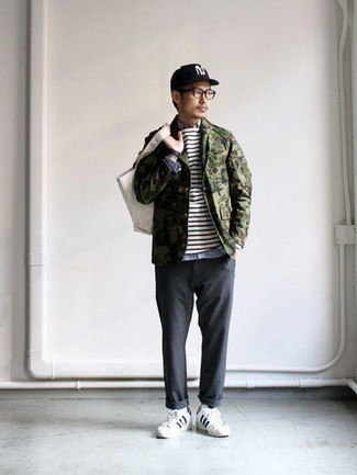Men's Looks & Outfits: What To Wear In 2020: An olive camouflage shirt jacket and charcoal chinos are a great getup worth incorporating into your daily off-duty rotation. Introduce a pair of white and black leather low top sneakers to the mix to inject a dose of stylish nonchalance into this ensemble.