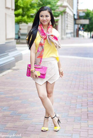 How to wear: yellow crew-neck t-shirt, beige mini skirt, yellow leather heeled sandals, hot pink leather clutch