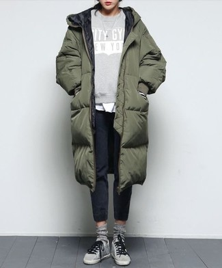 How to wear: black sweatpants, white crew-neck t-shirt, grey print sweatshirt, olive puffer coat
