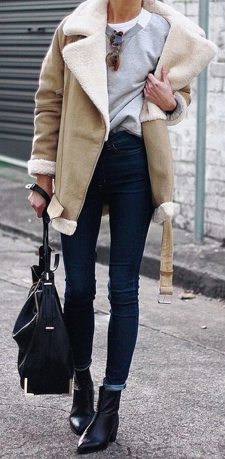 How to wear: navy skinny jeans, white crew-neck t-shirt, grey sweatshirt, tan shearling coat