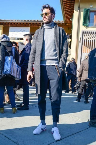 How to Wear a Turtleneck For Men: Wear a turtleneck with navy chinos to display your styling smarts. White leather low top sneakers will give a dash of stylish effortlessness to an otherwise traditional outfit.