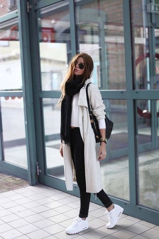 How to wear: black skinny jeans, white cropped sweater, beige trenchcoat, black shawl
