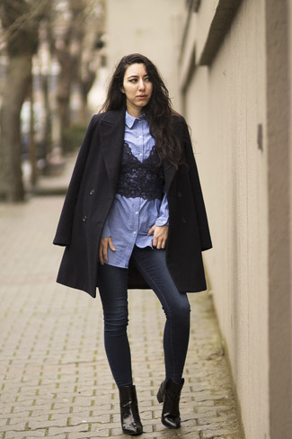 How to wear: navy skinny jeans, black lace cropped top, light blue chambray dress shirt, black coat