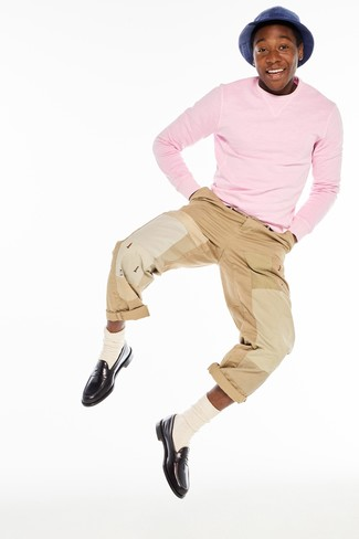 How to wear: beige socks, dark brown leather loafers, khaki chinos, pink crew-neck sweater