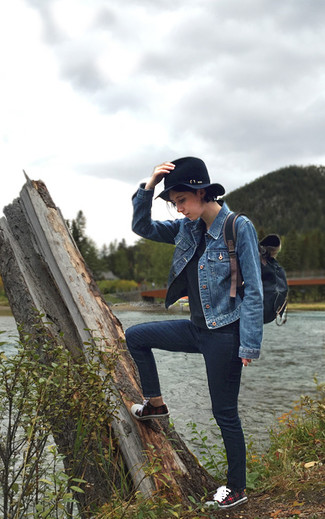 Stylish yet cozy, this ensemble features a blue trucker jacket and navy skinny jeans. Look at how well this getup is complemented with red plaid low top sneakers. As the weather starts to cool down, you'll find that an ensemble like this is perfect for the season.