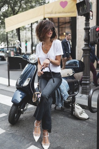 Look stylish yet practical in a v-neck t-shirt and black flare jeans. Choose a pair of white studded leather pumps to instantly up the chic factor of any outfit. It goes without saying that this one makes for a great, season-appropriate ensemble.