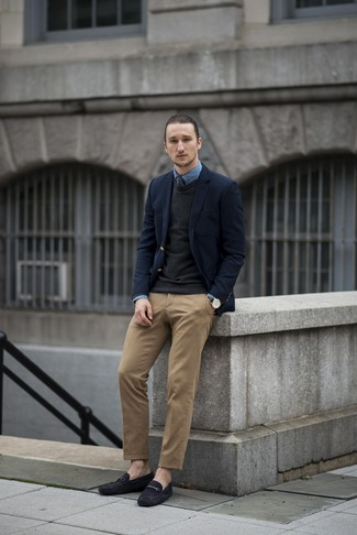 How to wear: brown chinos, blue denim shirt, black crew-neck sweater, navy wool blazer