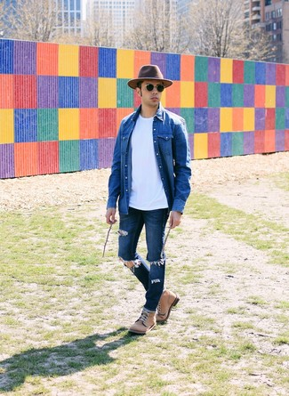 How to wear: blue denim shirt, white crew-neck t-shirt, navy ripped jeans, tan leather casual boots