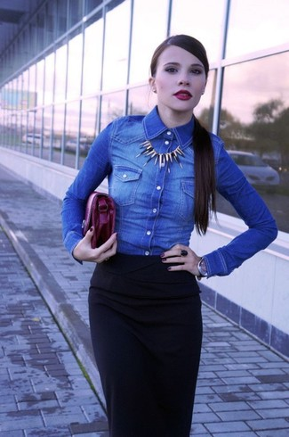 Stand out among other stylish civilians in a blue denim shirt and a black leather watch. This combination is a pretty wonderful idea, especially for autumn, when the temperatures are starting to drop.