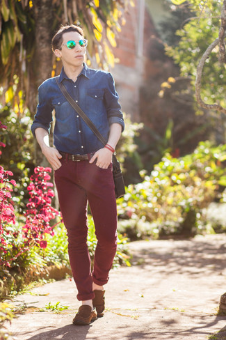 How to wear: navy denim shirt, burgundy skinny jeans, brown suede driving shoes, black leather messenger bag