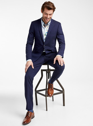 How to Wear Navy Socks For Men: Rock a navy suit with navy socks if you wish to look casually cool without putting in too much effort. To give your overall ensemble a more sophisticated feel, why not complete this ensemble with brown leather derby shoes?