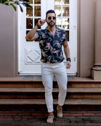 How to wear: black sunglasses, beige suede derby shoes, white skinny jeans, black floral short sleeve shirt
