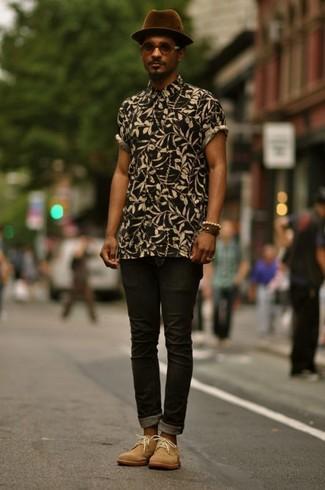 How to wear: dark purple wool hat, tan suede desert boots, black skinny jeans, black floral short sleeve shirt