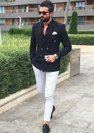 Rock a black double breasted blazer with white chinos to achieve a dressy but not too dressy look. Black leather tassel loafers complement this ensemble very nicely. You're guaranteed to always look great even despite the sweltering heat if you keep this ensemble as a last-minute grab.