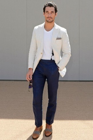 How to Wear Violet Sunglasses For Men: If you're looking for an edgy yet dapper look, wear a white blazer with violet sunglasses. Don't know how to round off your look? Rock tobacco leather oxford shoes to dial it up a notch.