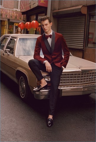 Men's Looks & Outfits: What To Wear In 2020: Pairing a burgundy velvet blazer with black dress pants is an on-point pick for a sharp and elegant outfit. A pair of black leather tassel loafers is a wonderful choice to finish off this look.
