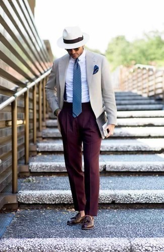 How to Wear Navy Suspenders: If you use a more relaxed approach to fashion, why not consider wearing a beige blazer and navy suspenders? Finishing off with a pair of brown leather tassel loafers is a guaranteed way to add a bit of depth to your look.