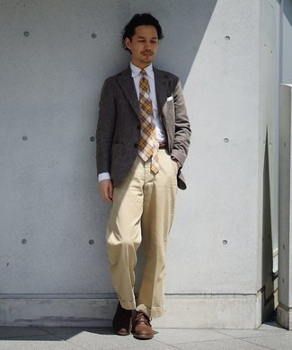 Men's Looks & Outfits: What To Wear In 2020: Wear a grey blazer and khaki dress pants for a truly sharp ensemble. Brown leather casual boots are a surefire way to give a sense of stylish effortlessness to this look.