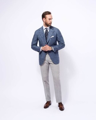 How to Wear Grey Socks For Men: We all seek functionality when it comes to style, and this off-duty pairing of a blue blazer and grey socks is an amazing example of that. For an on-trend mix, make brown leather oxford shoes your footwear choice.