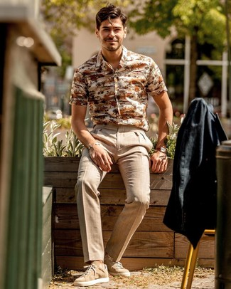 How to Wear Beige Linen Dress Pants For Men: Combining a black linen blazer and beige linen dress pants will be a true demonstration of your outfit coordination chops. Complement this look with tan suede low top sneakers to keep the ensemble fresh.