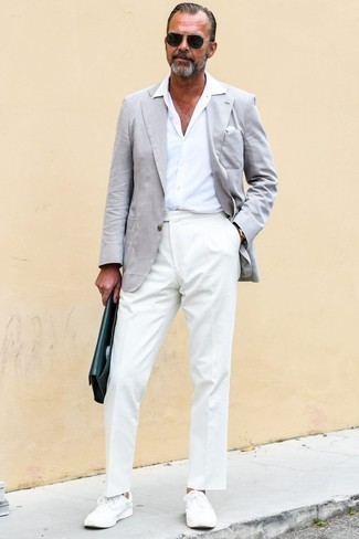 Which Short Sleeve Shirt To Wear With White Low Top Sneakers For Men: A short sleeve shirt and white dress pants are strong players in any modern gentleman's sartorial arsenal. Jazz up your ensemble by rounding off with a pair of white low top sneakers.