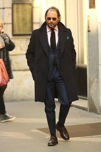 Men's Looks & Outfits: What To Wear In Fall: A black overcoat and a navy suit are a polished combination that every sharp man should have in his closet. When in doubt as to the footwear, complete this look with brown leather oxford shoes. Seeing as it is getting colder every day, this outfit is a smart idea for the transitional season.
