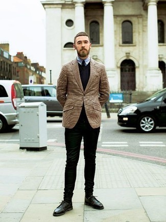 How to Wear Black Chinos: Pair a tan blazer with black chinos for a sharp combination. Take this ensemble down a more elegant path by finishing off with black leather derby shoes. A no-brainer for gents over 30 looking for a more mature image.