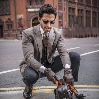 How to Wear Dark Brown Leather Gloves For Men: For a laid-back getup, Wear a beige blazer and dark brown leather gloves. Complete this outfit with a pair of dark brown leather oxford shoes to instantly step up the wow factor of this ensemble.
