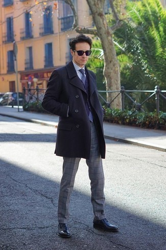 How to Wear Navy Sunglasses For Men: In situations comfort is everything, reach for a navy overcoat and navy sunglasses. When it comes to footwear, go for something on the more elegant end of the spectrum by finishing off with a pair of black leather oxford shoes.