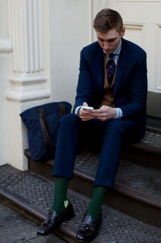 How to Wear Dark Green Socks For Men: This is definitive proof that a navy suit and dark green socks are amazing together in a casual outfit. Dark purple leather loafers are an effortless way to upgrade your ensemble.