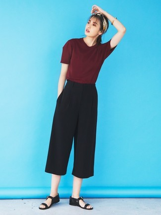 How to wear: beige bandana, black leather flat sandals, black culottes, burgundy crew-neck t-shirt