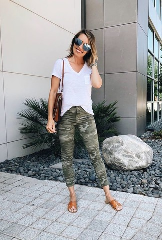 How to Wear Grey Sunglasses For Women: For something more on the off-duty side, wear this combo of a white v-neck t-shirt and grey sunglasses. Complete this ensemble with tan leather flat sandals to pull the whole thing together.