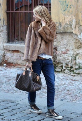 How to wear: brown fur jacket, white crew-neck t-shirt, navy boyfriend jeans, charcoal leather high top sneakers