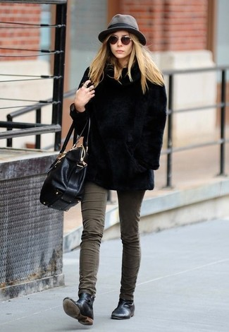 How to wear: black fur jacket, olive skinny jeans, black leather chelsea boots, black leather satchel bag