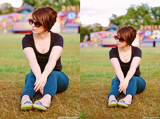 How to wear: brown sunglasses, green-yellow leather ballerina shoes, blue skinny jeans, black crew-neck t-shirt