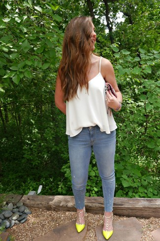 How to Wear Light Blue Skinny Jeans: Combining a white silk tank with light blue skinny jeans is a savvy option for an off-duty yet totaly stylish outfit. Add a confident kick to the outfit with a pair of green-yellow leather pumps.
