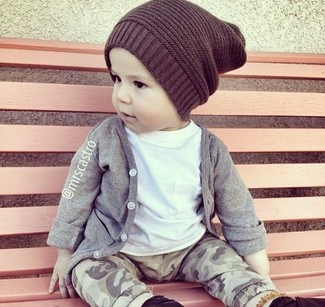 How to wear: grey cardigan, white t-shirt, grey sweatpants, dark brown beanie
