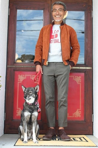How to wear: burgundy suede desert boots, grey chinos, white and red print crew-neck t-shirt, tobacco suede bomber jacket